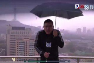Un rayo impacta en el paraguas del reportero mientras da el parte meteorológico