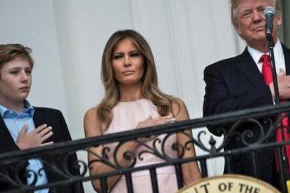 El oportuno y nada cariñoso 'codazo patriótico' de Melania a su marido el presidente Donald Trump