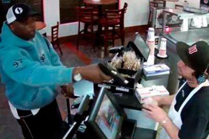 Impresionante reacción de este camarero cuando es atracado a punta de pistola