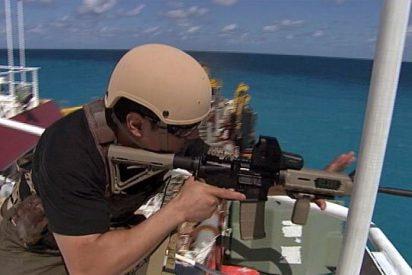 La feroz batalla entre piratas somalíes y guardias privados del buque de carga