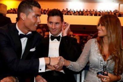 El beso en la boca de Cristiano Ronaldo y Leo Messi revoluciona Barcelona