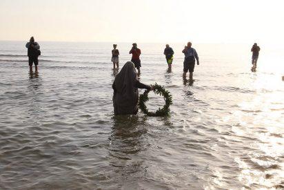 Cofradías valencianas rezan a orillas del mar por los refugiados ahogados en el Mediterráneo