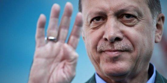 El significado oculto del signo de cuatro dedos que hace Erdogan en cada aparición