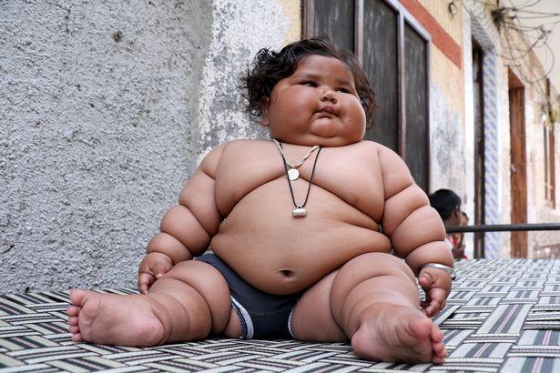 """El bebé de ocho meses que pesa 17 kilos: """"Come como una niña de diez años"""""""