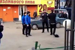 El vídeo prohibido del ruso que da una mano de hostias a tres musulmanes por chuletas