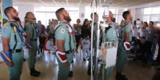 Legión Española: con esta pasión cantan 'El novio de la muerte' a unos niños con cáncer en Málaga