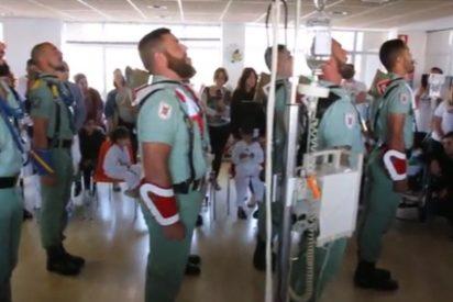 Con esta pasión canta la Legión 'El novio de la muerte' a unos niños con cáncer en Málaga