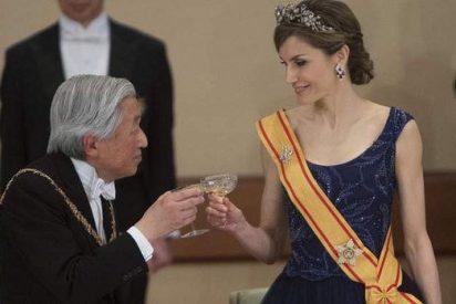La Reina Letizia 'luce' escote, brazos y buen inglés ante el emperador de Japón