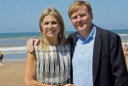 Guillermo y Máxima de Holanda de fiesta en una playa nudista