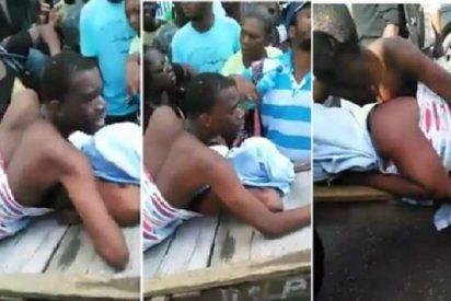 [VÍDEO] El bochornoso paseo callejero de la fogosa pareja... ¡pegada sobre una cama de hotel!