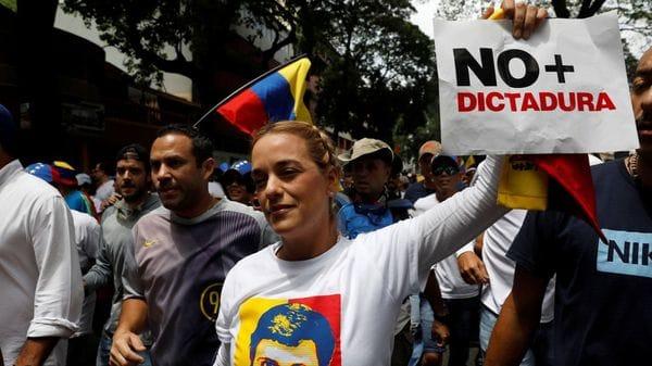 Los paramilitares chavistas asesinan a dos jóvenes en la gran marcha de la oposición venezolana