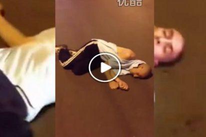 El chino descubre al musulmán violando a una mujer en plena calle... y casi lo manda con Alá
