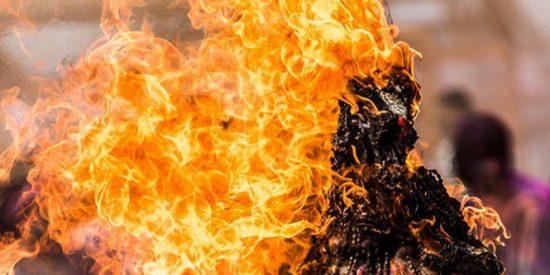 Así quema vivo la cabreada tribu egipcia al 'pirómano' del ISIS