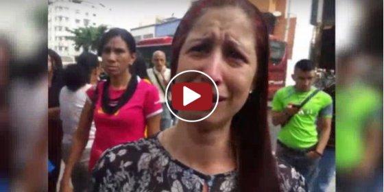 ¡Los porrazos del 'Madurazo'! Así arranca el pelo la policía chavista a una periodista