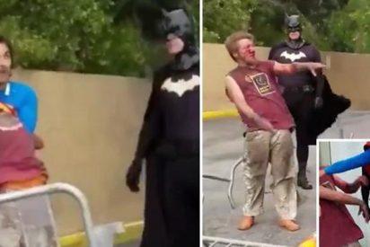 'Superman' pega una tremenda paliza a un vagabundo que