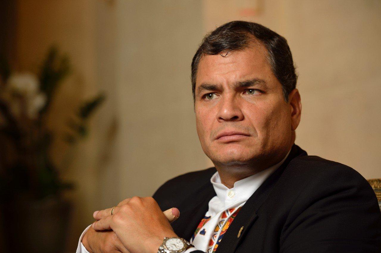 El prófugo Rafael Correa viaja a Caracas y Ecuador presiona a la Interpol para su captura