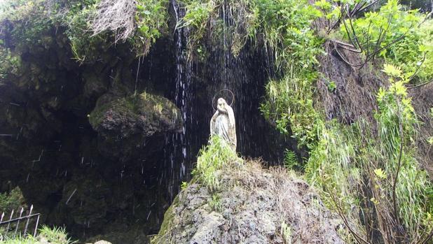 Cortan las manos y la cabeza de una talla de Lourdes