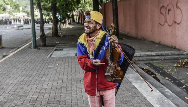El llanto del violinista atacado por la policía chavista que marca un nuevo compás de espera