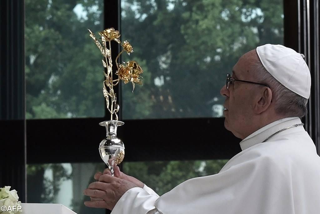 La rosa de oro de Francisco a la Virgen de Fátima