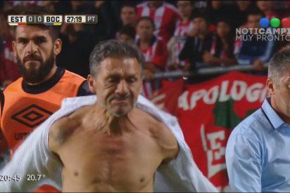 [VÍDEO] El entrenador del Estudiantes de La Plata, cabreado con el árbitro, se rasgó la camisa en el partido contra Boca