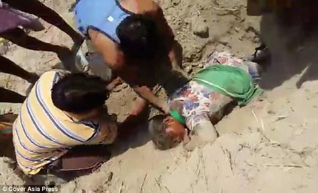 El horrendo vídeo de la joven enterrada viva durante dos horas por una venganza