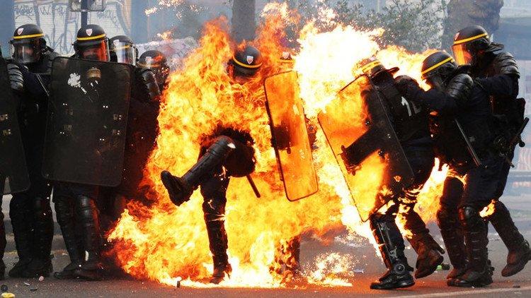 [VÍDEOS] Así zurra la extrema izquierda a los policías en la marcha contra Le Pen
