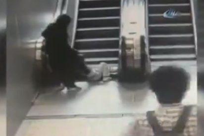 [VÍDEO] Terrible momento en que una escalera eléctrica estruja la pierna de un niño en Turquía