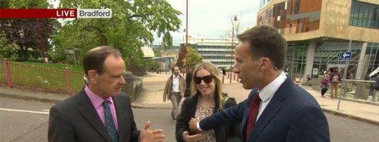 La mujer que golpea a un periodista de BBC por tocarle una teta en directo