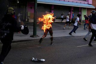 """[VÍDEO] El chavista apuñalado y quemado vivo por """"ladrón"""" en plena manifestación"""