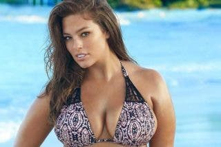 La modelo Ashley Graham pierde la parte superior de su bikini en mitad de una piscina