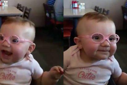 [VÍDEO] La adorable reacción de un bebé al usar gafas por primera vez