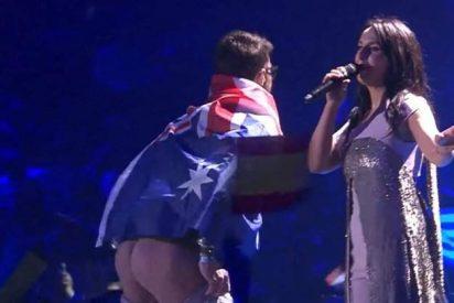 Un espontáneo se cuela en el escenario de Eurovisión y hace un 'calvo' dejando ver su culo