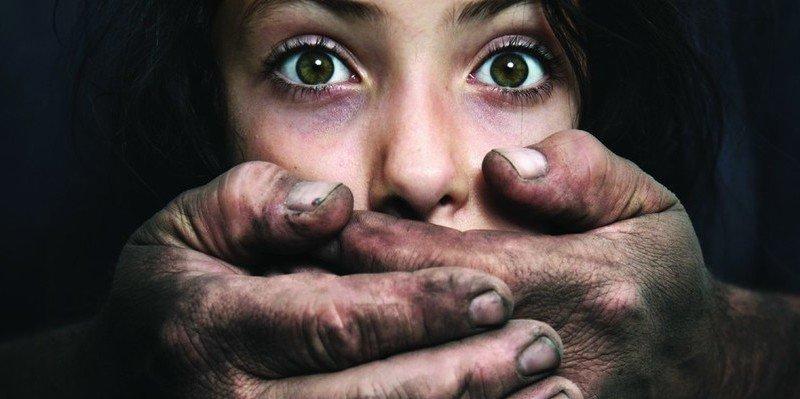 La chica de 14 años queda con un amigo de Facebook y la violan entre cuatro