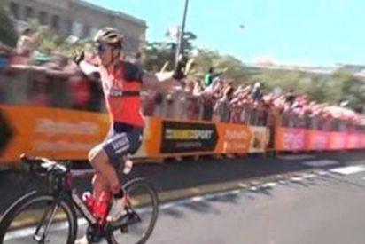 [VÍDEO] El ciclista torpe que pierde tras celebrar la victoria faltando una vuelta