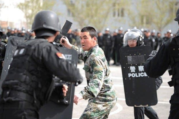 El chulo islamista chino ataca con un hacha a cinco policías ¡y lo acribillan sin rollitos!