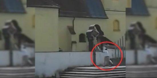 El vídeo prohibido del pío musulmán apaleando a un Cristo crucificado en una iglesia austríaca