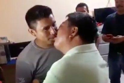 [VÍDEO] El sindicato de taxistas que resuelve sus disputas obligando a besarse a los empleados