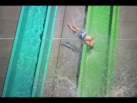 El niño de 10 años que sale disparado del tobogán en un parque acuático