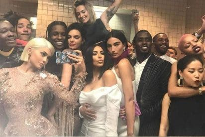 El provocador selfie grupal de Kylie Jenner en el lavabo del Metropolitan