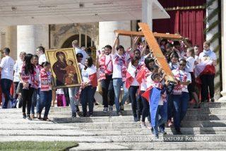 Jóvenes panameños trasladan los símbolos de la JMJ