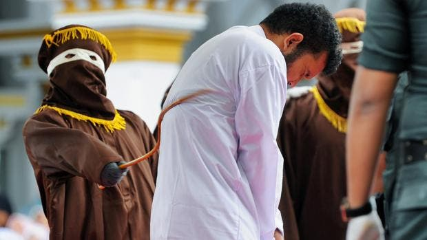 Los islamistas indonesios pegan 166 latigazos ante una turba delirante a dos desventurados gay por fornicar en casa