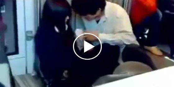 China: Con este descaro mete mano 'Don Limpio' a su novia en el Metro