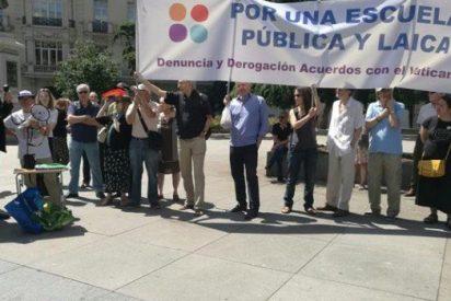 Medio centenar de colectivos se manifiestan por una escuela laica