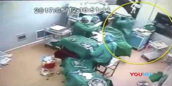 [VÍDEO] La sangrante pelea entre una enfermera y un médico en plena operación