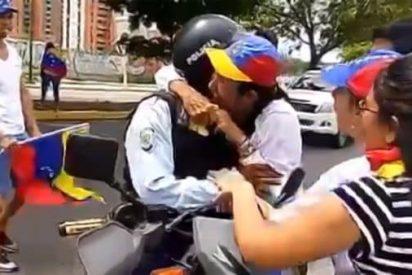 El policía chavista que encuentra a su familia en medio de una marcha opositora