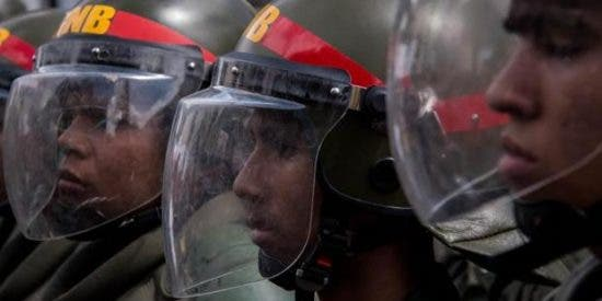 """Un acorralado Maduro ordena militarizar a lo bestia el estado """"rebelde"""" de Táchira"""
