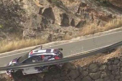 [VÍDEO] El piloto de rally se salva en los mismos bordes del abismo