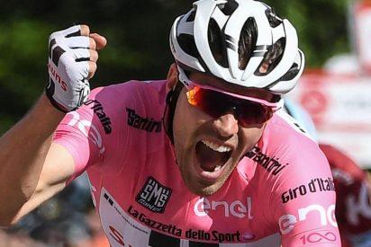 [VÍDEO] ¡Para cagarse!: El ciclista Tom Dumoulin se vio forzado a bajarse de la bicicleta en plena carrera