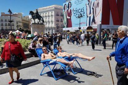 La Policía expulsa a dos turistas que se habían instalado en bañador y con hamaca en la Puerta del Sol