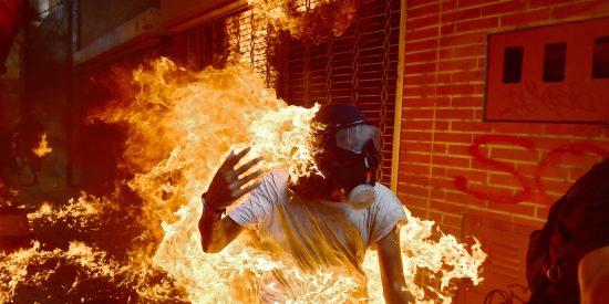 [VÍDEOS] La tanqueta chavista que aplasta al manifestante y el joven envuelto en llamas